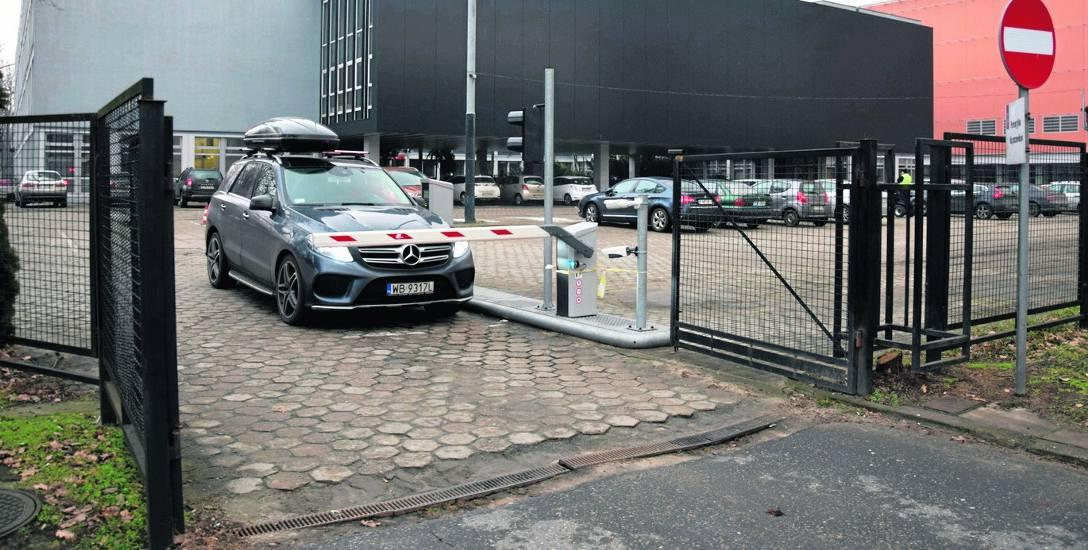 Kobieta czekała kilkanaście minut, żeby kamera odczytała tablice rejestracyjne jej auta. Bezskutecznie.
