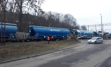 Szczecin Gocław. Z torów wypadła lokomotywa i trzy wagony. Zablokowany jest przejazd kolejowy między ulicami Lipową i Nad Odrą