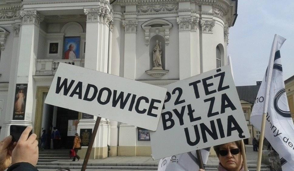 Film do artykułu: KOD śpiewał w Wadowicach: Jan Paweł II był za UE!
