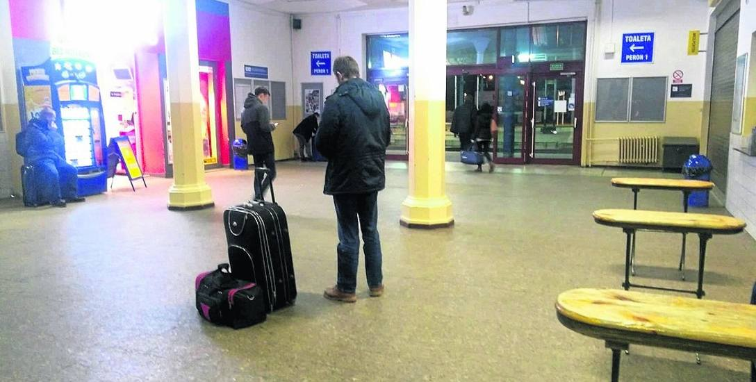 Nasza Czytelniczka zrobiła zdjęcie na stargardzkim dworcu kolejowym. - Widać, że pasażerowie siedzą na bagażach w głównej sali  lub stoją, bo w  poczekalni
