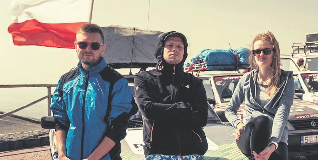Natalia Łosiak, Mateusz Padykuła i Tomek Leczkowski podczas postoju na trasie rajdu. Młodzi tczewianie już myślą o udziale w kolejnej edycji Złombol