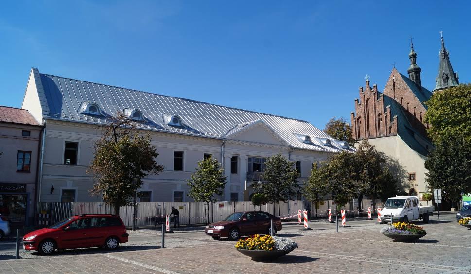 Film do artykułu: Olkusz. Blacha na dachu budynku byłego starostwa jest źle położona? [ZDJĘCIA]