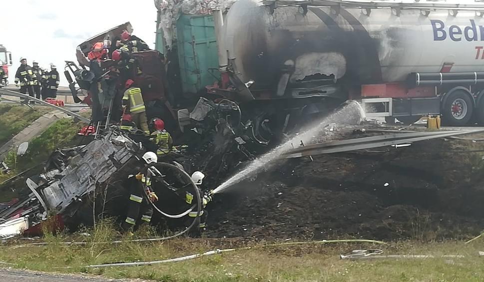 Film do artykułu: Gniezno - Trzemeszno: Wypadek na drodze krajowej nr 15. Zderzyły się dwie ciężarówki i samochód osobowy. Trzy osoby ranne [ZDJĘCIA, WIDEO]