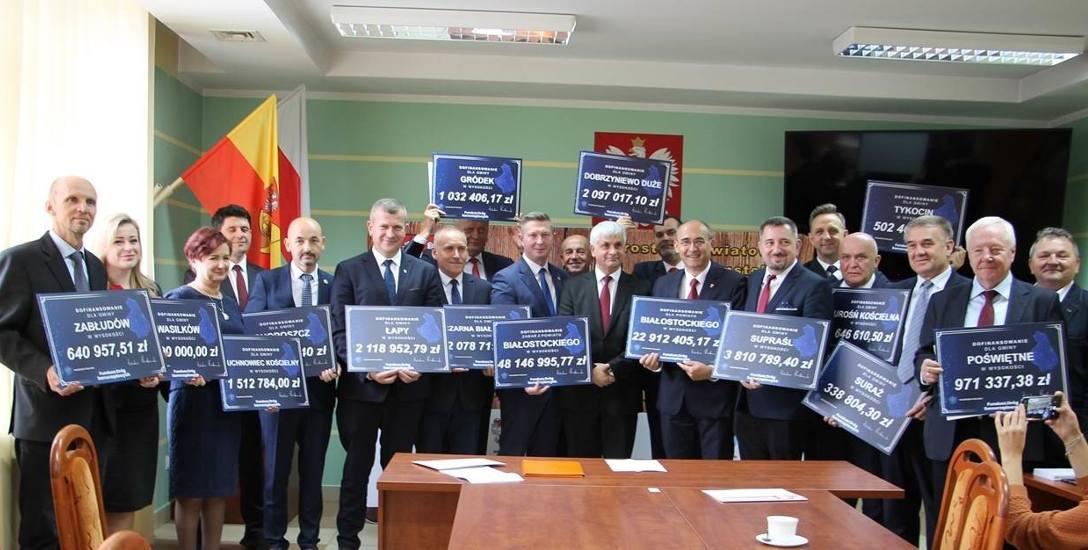 W piątek (4.10) wojewoda podlaski Bohdan Paszkowski przekazał włodarzom gmin symboliczne czeki z Funduszu Dróg Samorządowych.