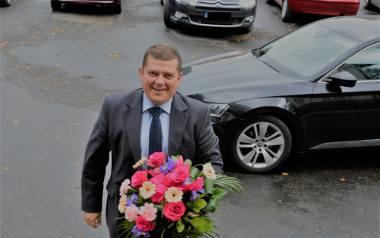 Prezydent Jacek Wójciki ma służbową skodę z 2016 r. (w tle). Czasami jeździ nią sam, bez kierowcy
