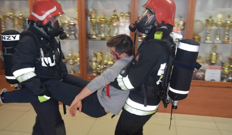 Film do artykułu: Ewakuacja II LO w Kędzierzynie-Koźlu. Dym w szkole, interweniowała straż. To były tylko ćwiczenia
