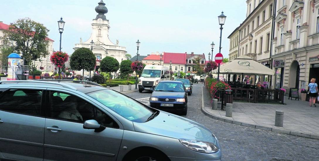Kierowcy, chcąc ominąć korki na drodze krajowej 52, wybierają jazdę przez centrum Wadowic