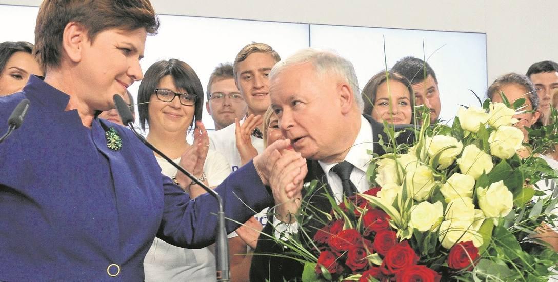 Dokładnie dwa lata temu Prawo i Sprawiedliwość zwyciężyło w wyborach parlamentarnych. Beata Szydło została premierem, ale nieograniczona władzę sprawuje
