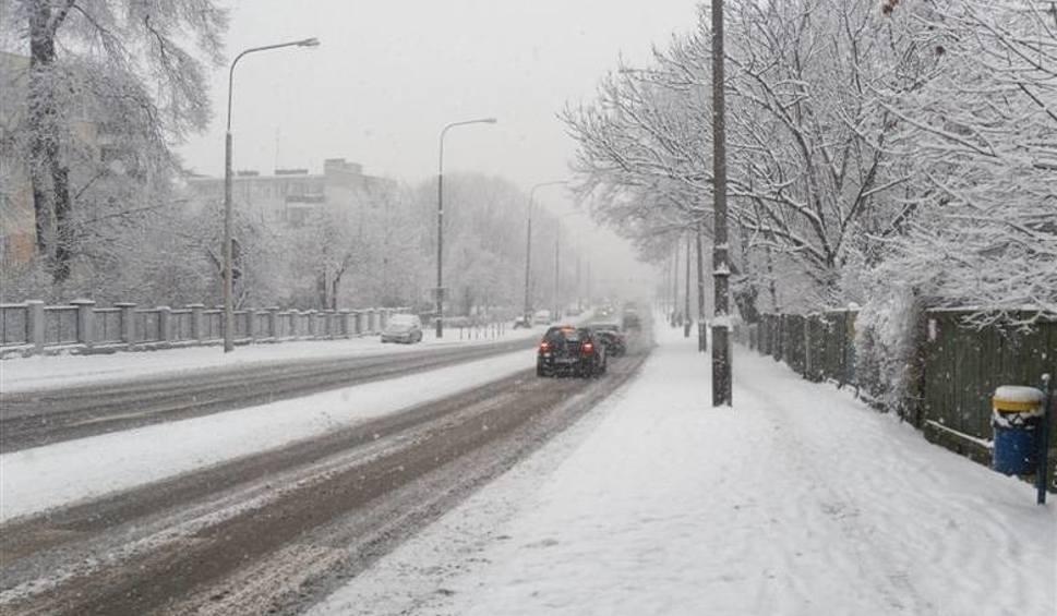Film do artykułu: Pogoda na weekend. Na Opolszczyźnie spadnie śnieg, chwyci mróz. Silny wiatr będzie powodował zamiecie śnieżne. Drogi będą śliskie