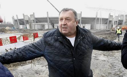 Prezes Orła Witold Skrzydlewski cały nowy stadion żużlowy dla jego Orła obejmuje gospodarskim ramieniem. Trzeba przyznać, że konstrukcja obiektu prezentuje