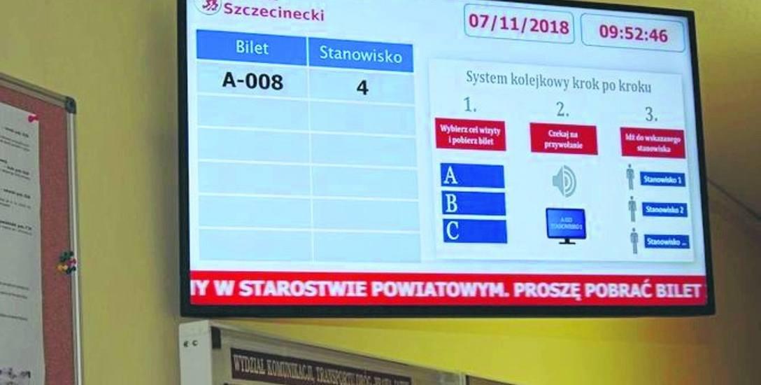 Na takiej tablicy wyświetlane sa komunikaty dla petentów oczekujących w wydziale komunikacji w starostwie