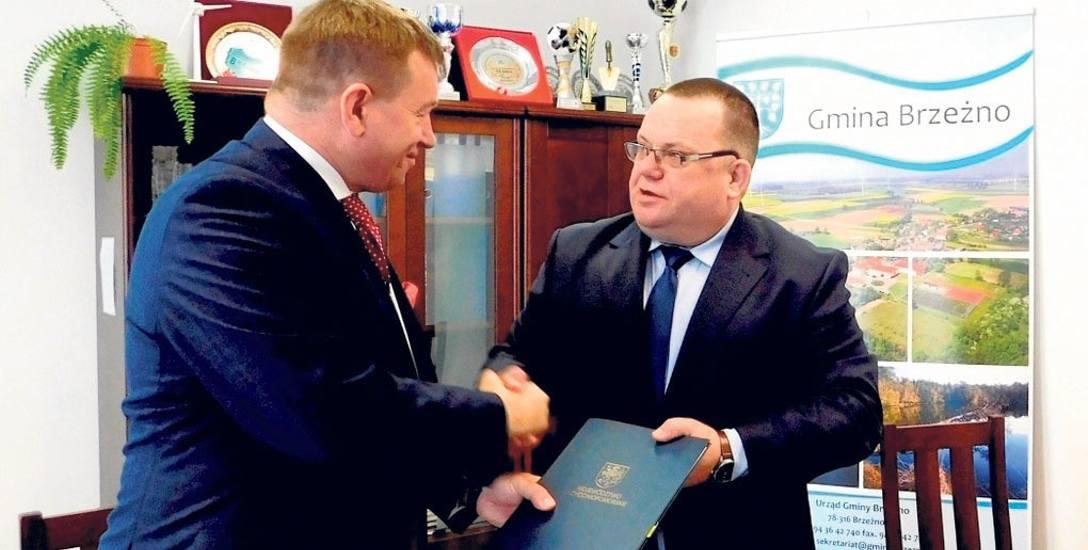 Umowę o dofinansowanie inwestycji podpisali  w Brzeżnie wicemarszałek województwa Jarosław Rzepa (z lewej) i wójt Sławomir Koruc