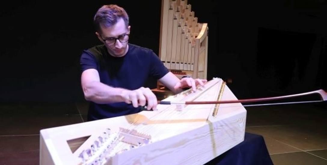 """k-dron, czyli bryła w """"przeoczonym kształcie"""" przeobraziła się w instrument strunowy i zabrzmiała jak harfa"""