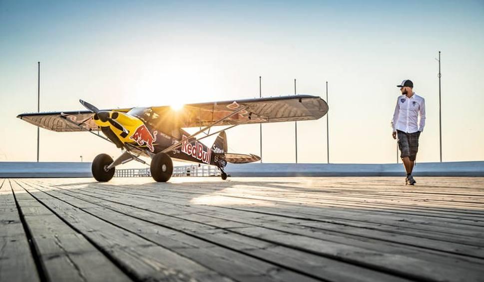 Film do artykułu: Łukasz Czepiela, pochodzący z Rzeszowa pilot akrobacyjny, wylądował na sopockim molo