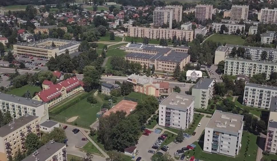 Film do artykułu: Markiewicza to najludniejsze osiedle w Krośnie. Zobacz jak wygląda z lotu ptaka [PODNIEBNE KROSNO, odc. 2]