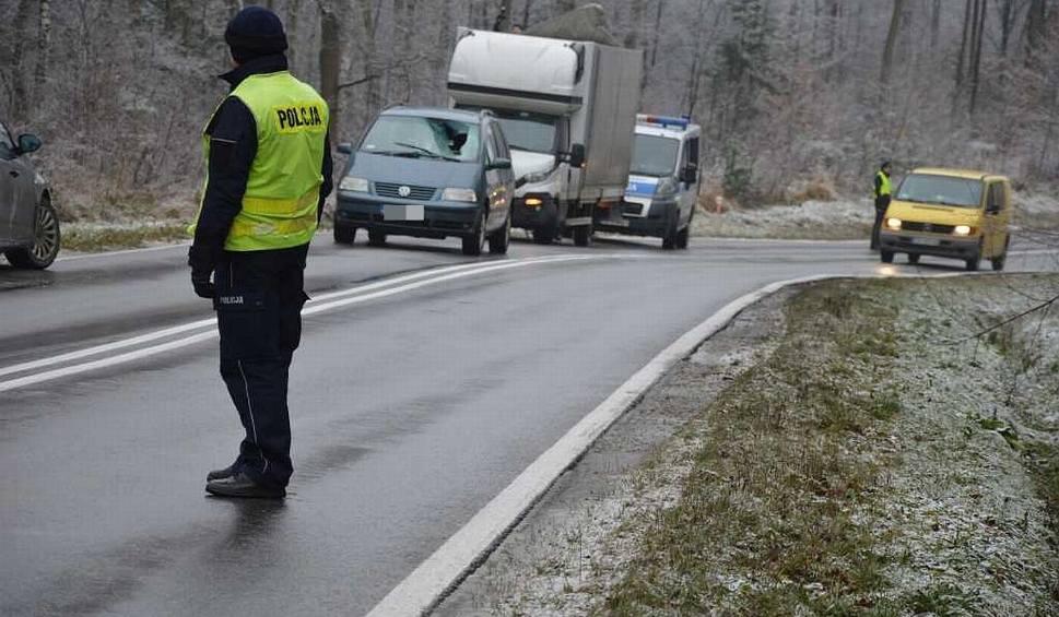 Film do artykułu: Wypadek w lesie koło Starachowic. Tafla lodu zsunęła się z samochodu. Poważnie zraniła kobietę