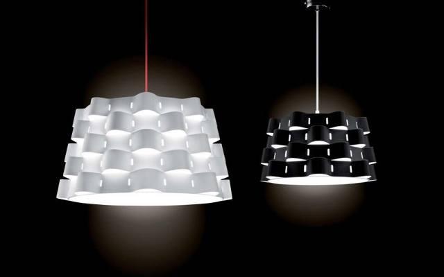Lampa wykonana jest z malowanego metalu i materiału.