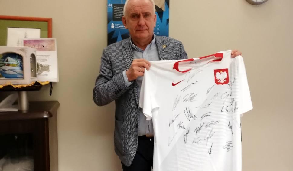 Film do artykułu: Koszulka piłkarskiej reprezentacji na WOŚP! Podpisały się na niej gwiazdy naszego futbolu