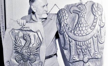 Październik 1974 r., Tadeusz Czapliński eksponuje wykute przez siebie orły: z lewej - zygmuntowski z attyki ściany wschodniej ratusza gdańskiego (XVI