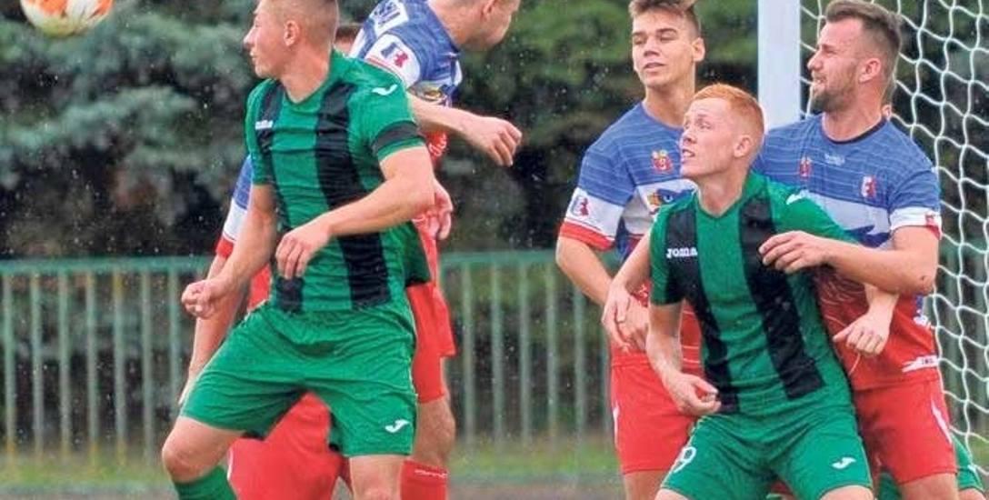 Piłkarze Sokoła Karlino (zielono-czarne stroje) powalczą o pierwsze punkty w rozgrywkach z MKP Szczecinek