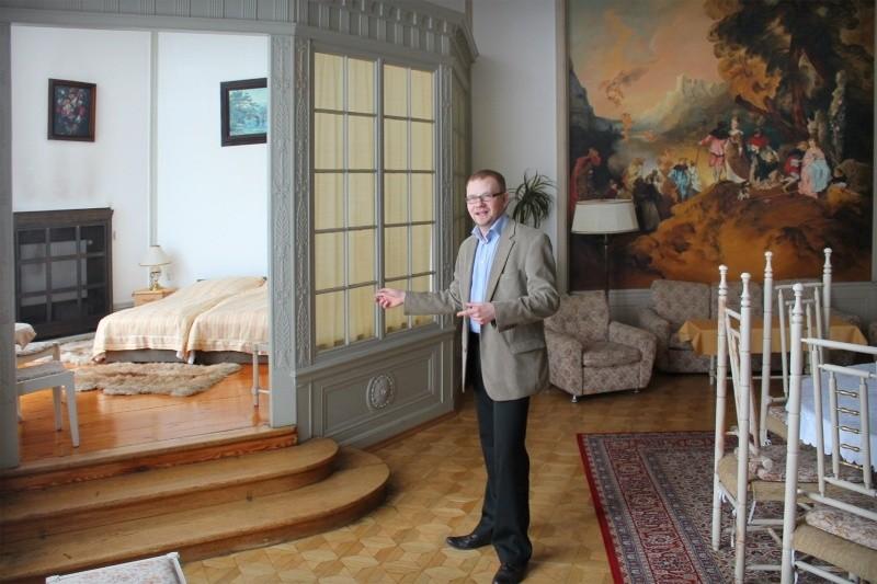 - Po tym, jak kuracjusze zwolnili pałac, bez problemu można wynająć jeden z pałacowych apartamentów - zachwala Łukasz Kosiński, który w zamku odpowiada za sprawy związane z marketingiem.