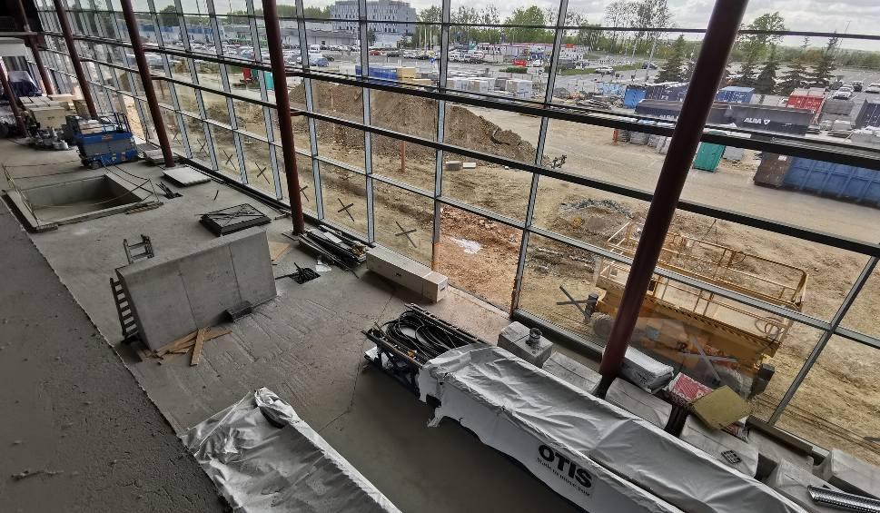 Film do artykułu: Remont terminala B na lotnisku w Pyrzowicach. Jest nowa elewacja, trzy nowe klatki schodowe, w środku trwa burzenie. Zdjęcia z maja 2020