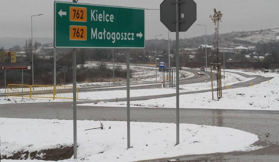 Film do artykułu: Droga z Chęcin do Małogoszcza otwarta. Jechaliśmy nią. Zobaczcie jak wygląda (WIDEO)