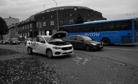 Dzisiaj (18 października) po godz. 8:00, doszło do kolizji na skrzyżowaniu ulic Lutosławskiego i Jaracza.  Kierujący osobowym Fiatem mężczyzna, wymusił