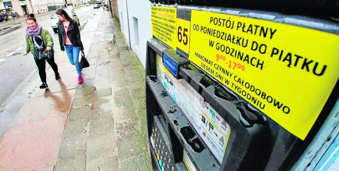 Na parkometrach pojawiły się już dodatkowe informacje o tym, kiedy funkcjonuje strefa płatnego parkowania. Teraz są bardziej widoczne dla kierowców