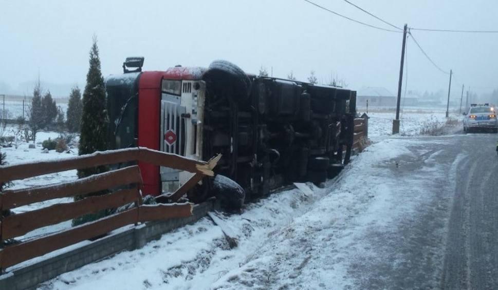 Film do artykułu: Podkarpackie drogi jak lodowiska. Groźne wypadki i auta w rowach!