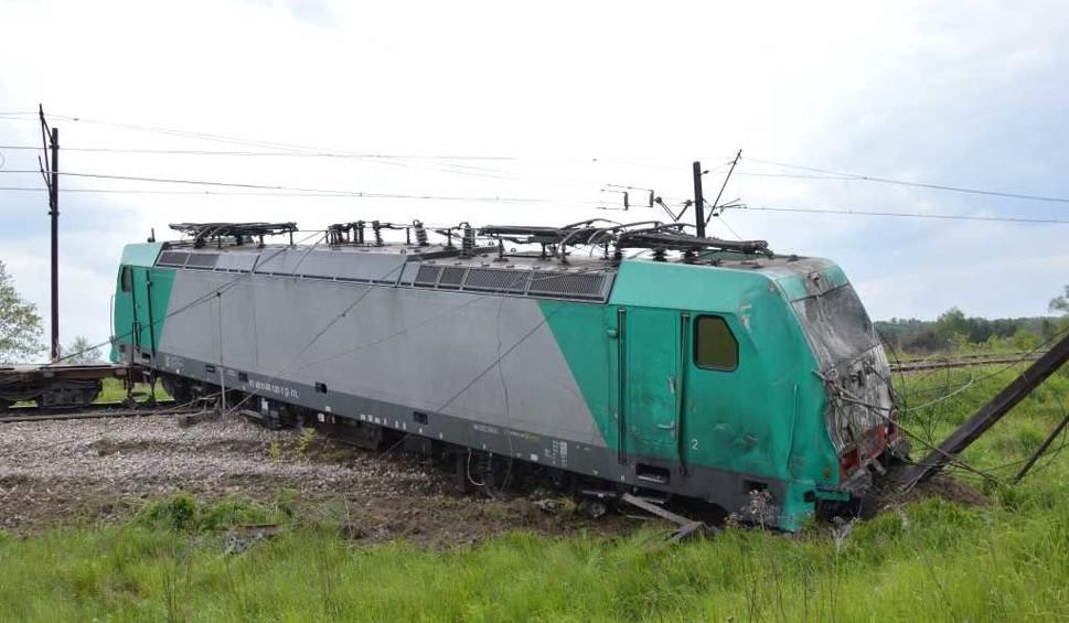 Film do artykułu: Zderzenie na przejeździe w gminie Brody. Ciężarówka roztrzaskana, pociąg wykolejony