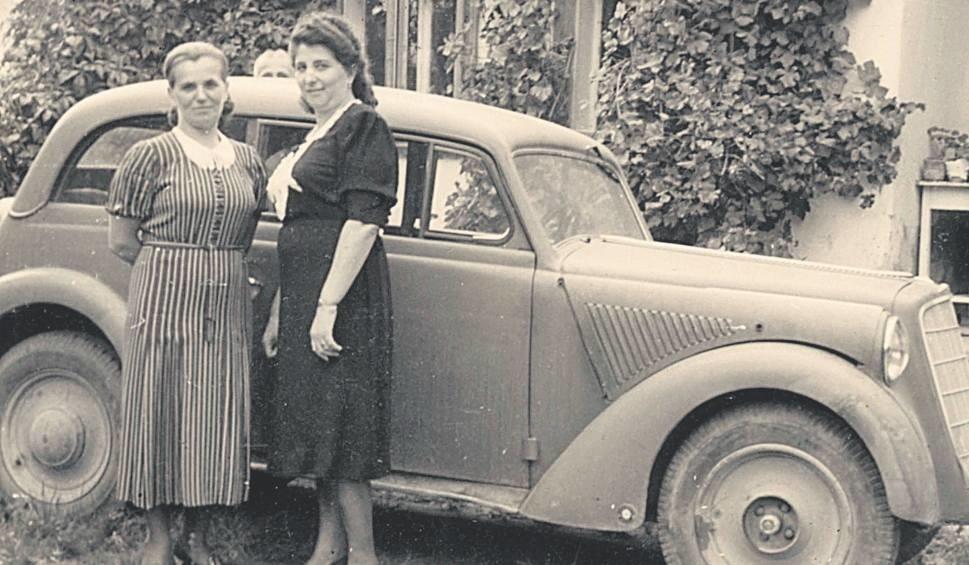 Franciszka Kawalec (1901-1976) - matka kluczborskiego lekarza weterynarii Wacława Kawalca - przed swoim domem w Drohobyczu z przyjaciółką Wandą Katyńską