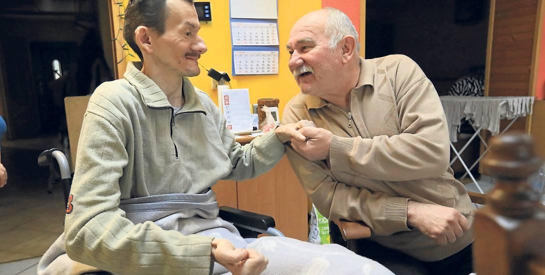 Odpowiedzialność za niepełnosprawnego syna Michała trzyma pana Jana przy życiu. Inspektorzy  go ścigają, bo bez pozwoleń rozbudował dom