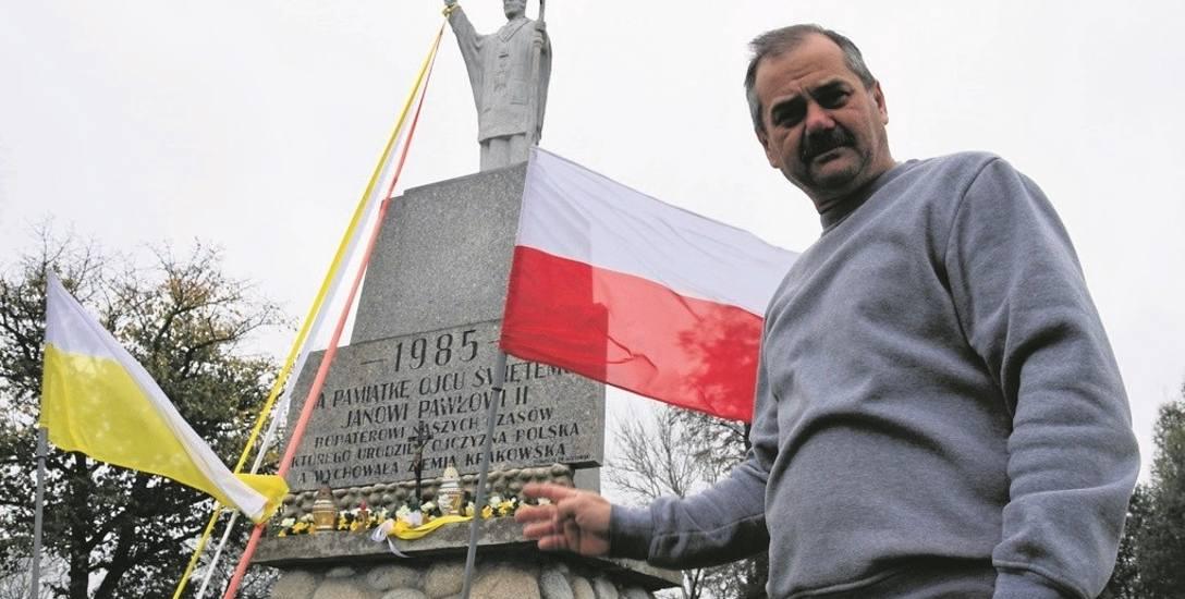 Aleksander Kozłowski przy pomniku w Miechowicach Wielkich, który postawił jego tata Franciszek