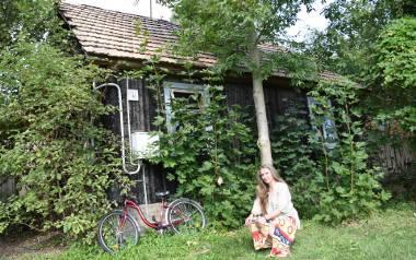 Ten mały, schowany za zielenią domek, to cały świat Marty Anny Kurzyniec. Tu, w Krynkach, znalazła swoje miejsce na ziemi
