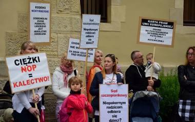 Pani Iwona spod Gniewkowa nie zaszczepiła swojej córeczki. Właśnie ruszył jej proces w sprawie ograniczenia władzy rodzicielskiej. Przed sądem protestują