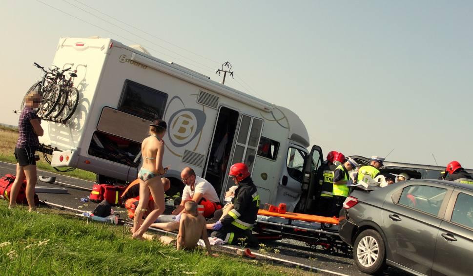 Film do artykułu: Wypadek pod Koszalinem. 14 osób rannych [zdjęcia, wideo]