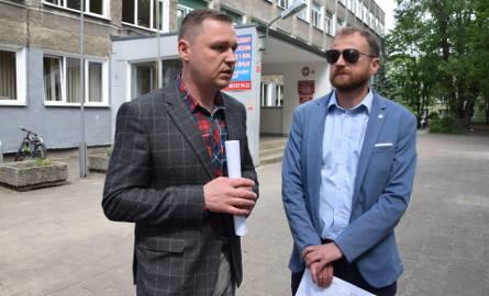 Radni i nauczyciele: Grzegorz Hryniewicz i Tomasz Sroczyński - prezentują projekt uchwały w sprawie podwyżek dla nauczycieli - Zielona Góra - 21 maja