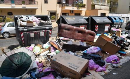 """Rzym tonie w śmieciach, władze nie radzą sobie, papież mówi: """"upadek"""" miasta"""