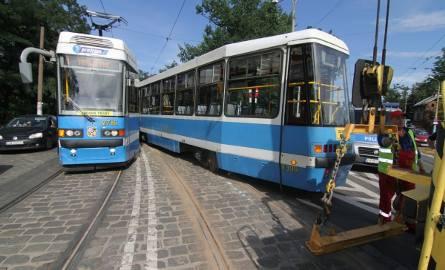 """Zderzenie dwóch tramwajów. """"Czwórka"""" wypadła z szyn"""