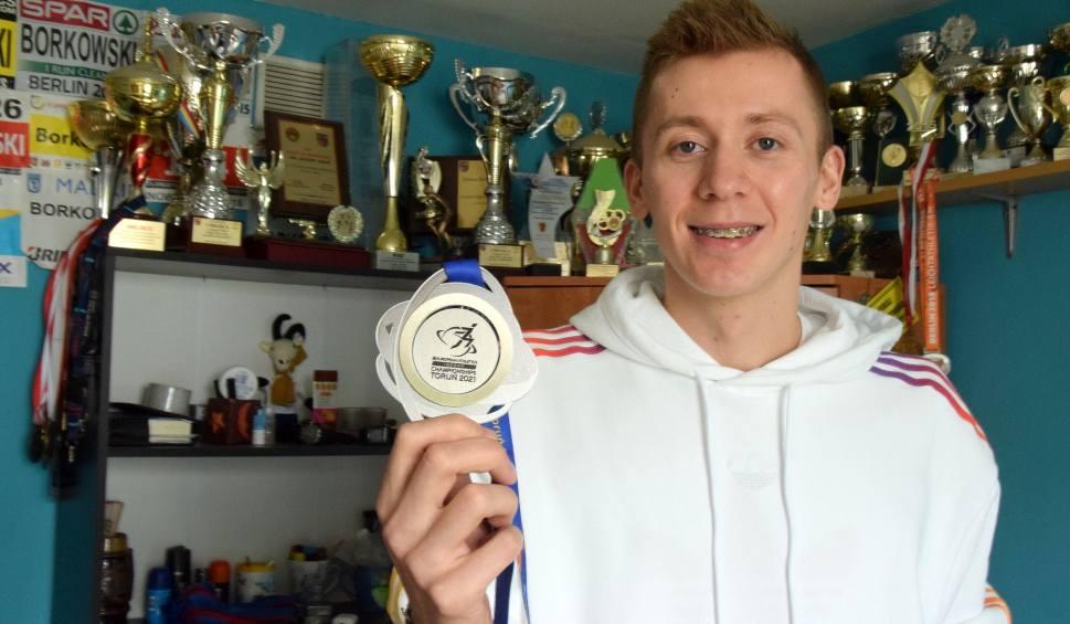 Film do artykułu: Halowy wicemistrz Europy Mateusz Borkowski bez tajemnic. Odwiedziliśmy go w domu w Krynkach [WIDEO, ZDJĘCIA]