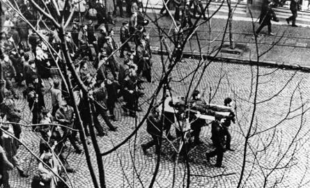 17 grudnia 1970. Robotnicy niosą na drzwiach ciało Zbyszka Godlewskiego