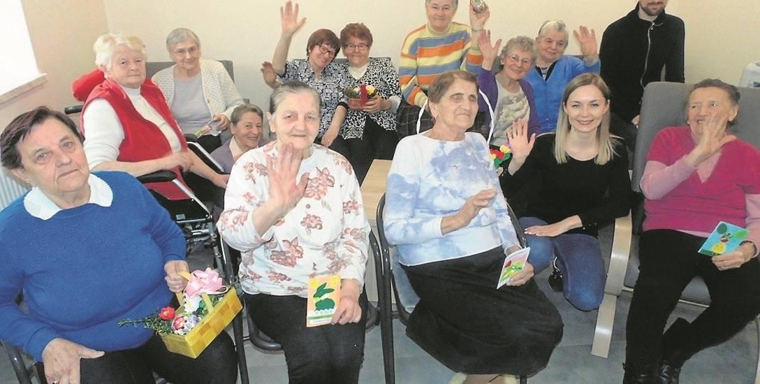 Kilkanaście kobiet z gminy Brzeźnica (na zdjęciu razem z pracującymi tam opiekunami)  spędza czas w Domu Seniora w Marcyporębie, który powstał w ramach