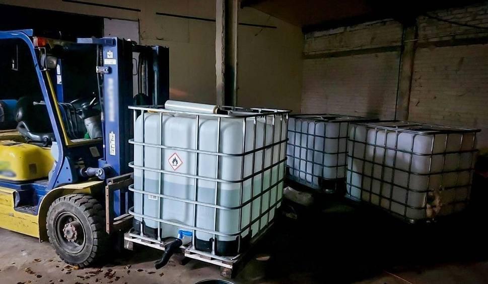 Film do artykułu: Fabryka narkotyków w powiecie przasnyskim. Zabezpieczono 118 litrów płynnego 3CMC, z którego możnaby uzyskać ok. 150 tys. działek klofedronu