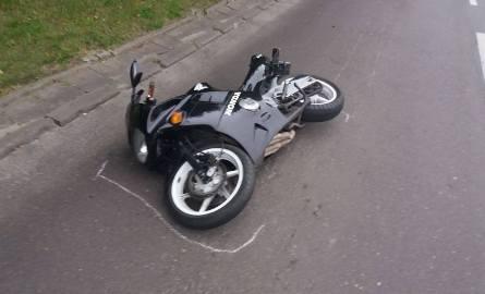 Wypadek motocyklisty przy ul. Pabianickiej. Pasażerka bez kasku w bardzo ciężkim stanie [zdjęcia]