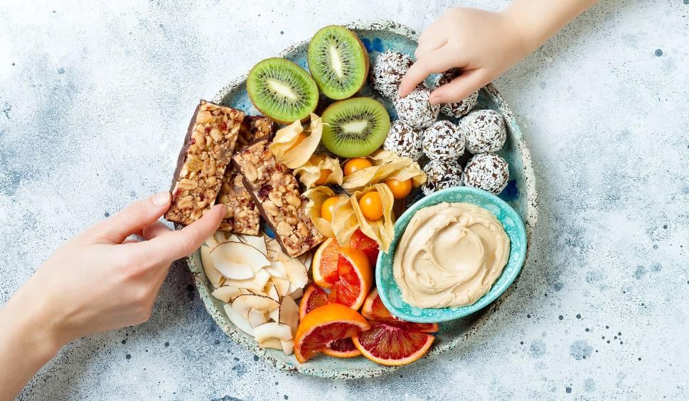 Film do artykułu: Zdrowe przekąski do 100 kcal. Poznaj idealne przepisy, które sprawdzają się na diecie odchudzającej i pomagają trzymać sylwetkę