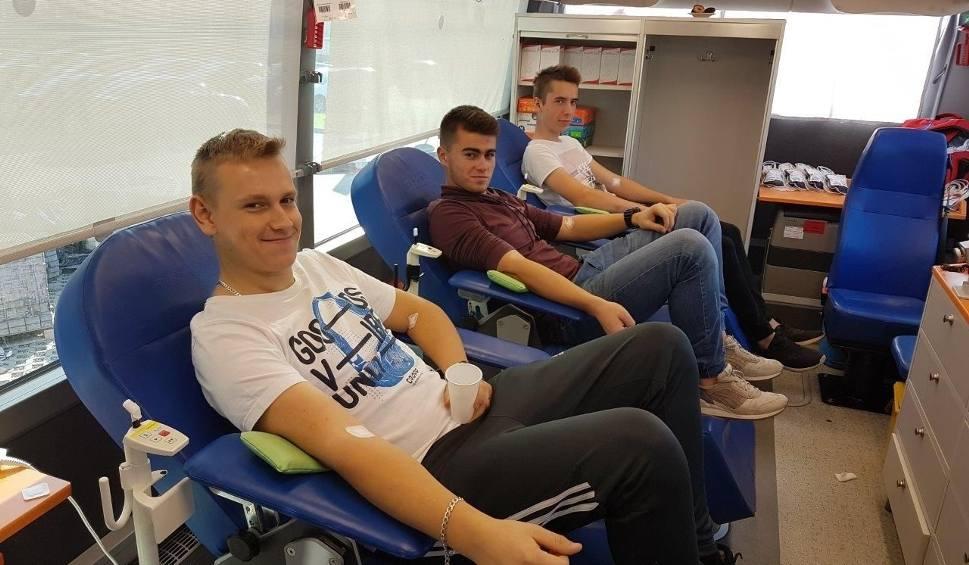 Film do artykułu: Uczniowie honorowo oddawali krew podczas akcji w krwiobusie w Nisku