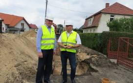 Burmistrz Józef Rubacha podczas budowy kanalizacji miasta. Obecnie roboty się już zakończyły, a wszyscy mieszkańcy mają obowiązek podłączenia się do