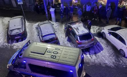 Restauracja Bułkęs w Katowicach otwarta mimo pandemii. Wieczorem lokal szybko się zapełnił. Ludzie czekali na miejsce w kolejce na zewnątrz. Policja