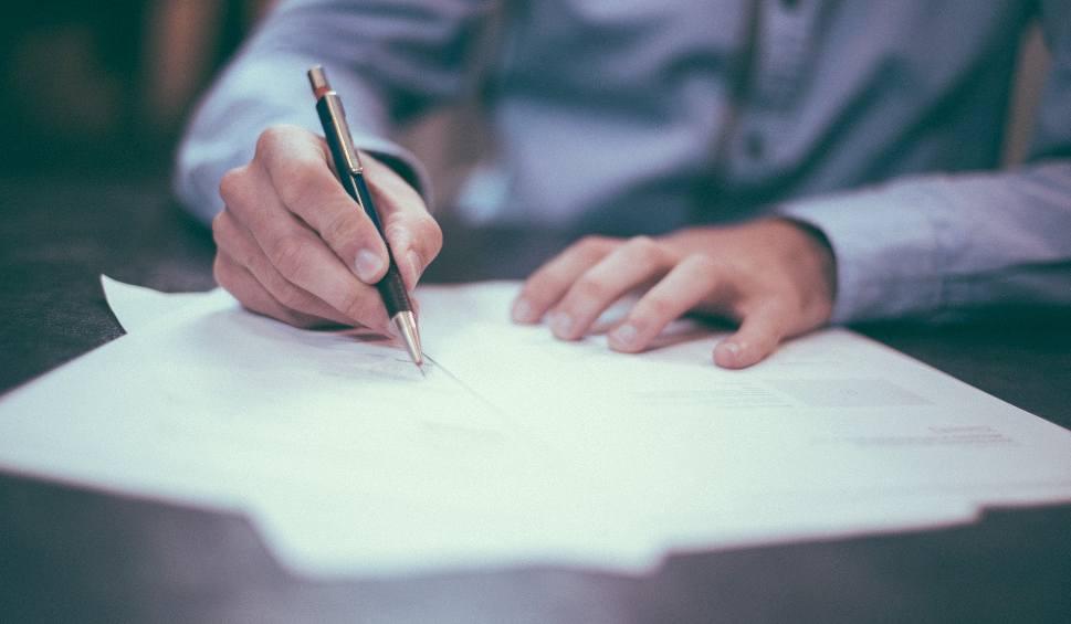 Film do artykułu: Ile kosztuje notariusz? Taksa notarialna - ile wynosi taksa notarialna w 2019 roku? Znamy stawki notariusza! Za dom, za mieszkanie, za auto